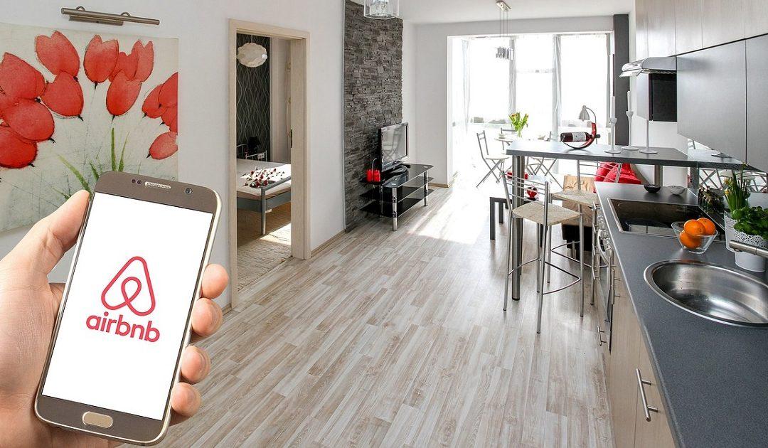 Prezzi e clausole contrattuali non trasparenti: Airbnb nel mirino della UE